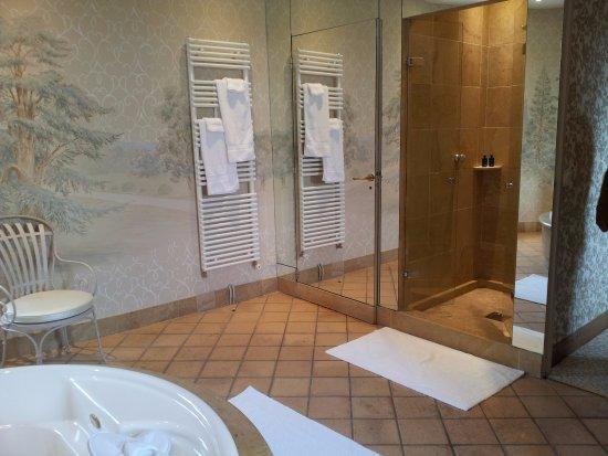 Salle de bain chambre la tour cot lavabos photo de - Cote serein chambres de la tour cachee ...