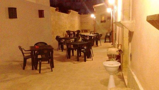 Мартано, Италия: Il nostro cortile di sera!