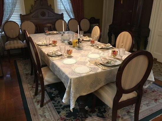 Arbor View House Bed & Breakfast: A luxurious four-course family style breakfast for every palate