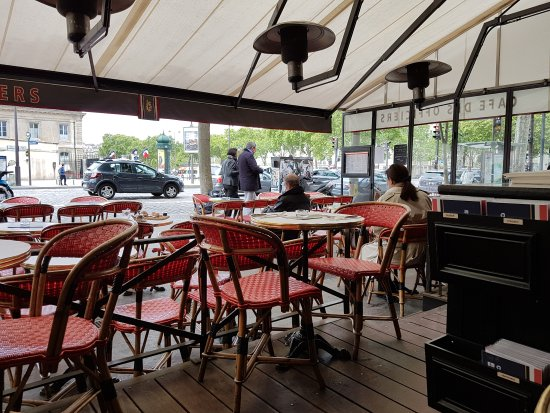Cafe des Officiers : Am Feiertag