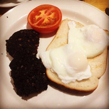 Boyne Valley Hotel & Country Club: Irish breakfast, black pudding rules.