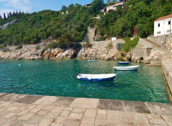 Trsteno, Croacia: pequeño muelle-playa, con zona apta para el baño