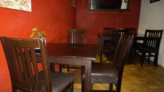 Cafeína Food Company: Mesas de adentro
