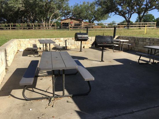 Beeville, TX: A nice extra ... grills and picnic tables. Sammy's Burgers & Brew building is in the background.