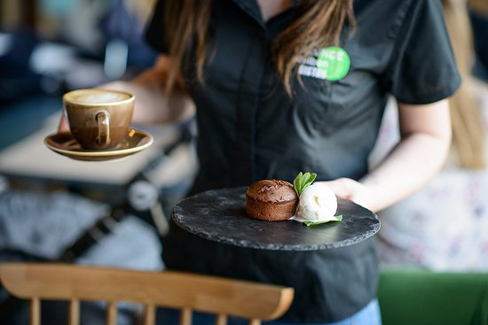 Lass uns Freunde bleiben Bistro: Our bestseller - home made schokolade cake wirh liquid core