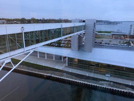 Sheraton Erie Bayfront Hotel: Sky bridge to convention center