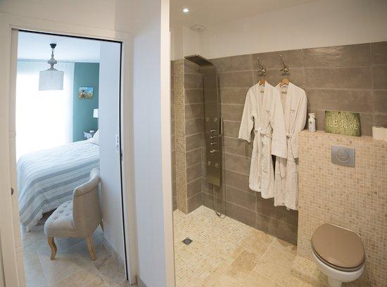 La salle d\'eau attenante à la chambre Kaki - Photo de La Couardaise ...