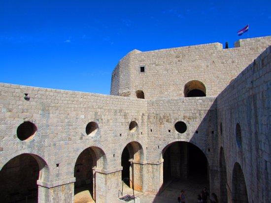 Fort Lovrijenac: interior