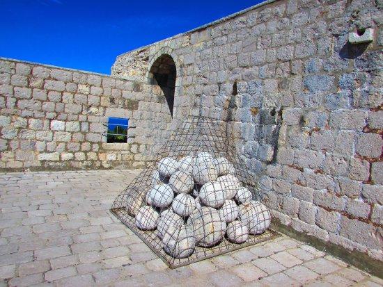 Fort Lovrijenac: munición