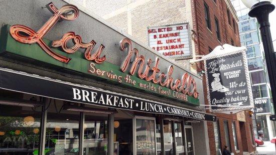 Ext rieur picture of lou mitchell 39 s restaurant chicago for Restaurant exterieur