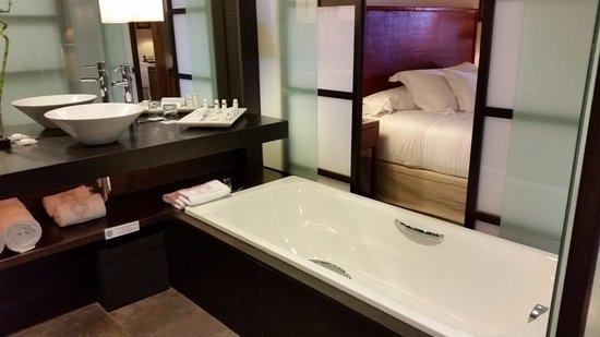 Asia Gardens Hotel & Thai Spa, a Royal Hideaway Hotel: Bañera independiente