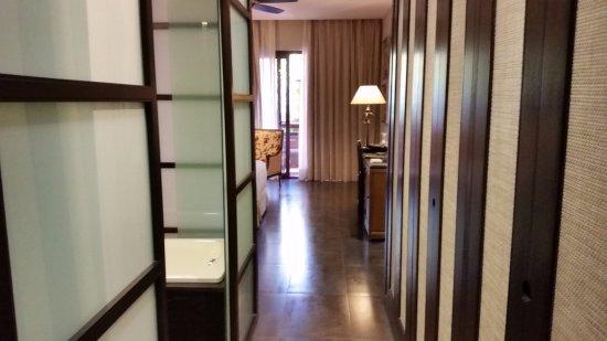 Asia Gardens Hotel & Thai Spa, a Royal Hideaway Hotel: Armario muy amplio con caja fuerte gratuita