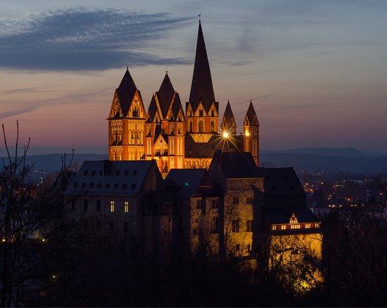 Blick auf den Limburger Dom von der Lahninsel und bei Nacht vom Greifenberg
