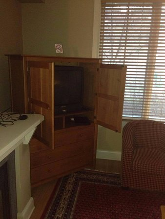 Calabogie, Kanada: tiny television. Armoire doesn't open all the way