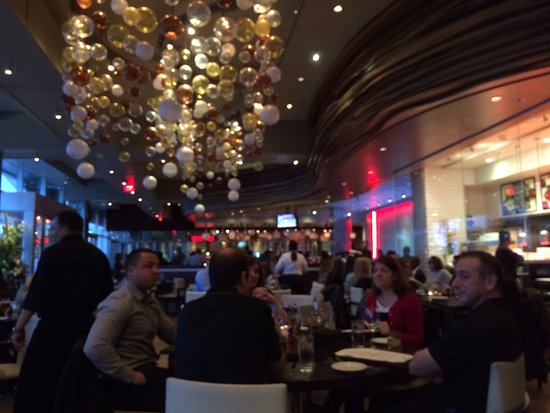 Melville, Estado de Nueva York: View from our table to the bar.