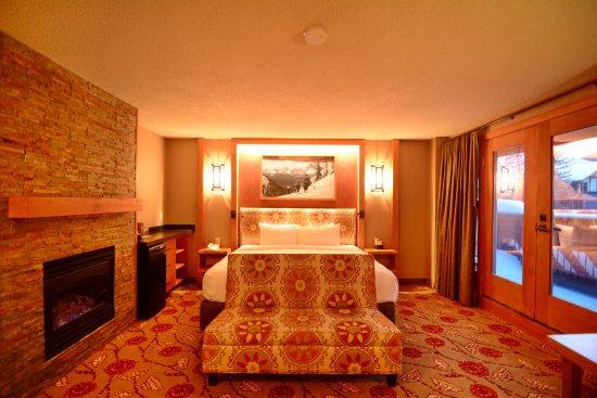 Mountain View King Suite - room with fireplace - Picture of Banff ...