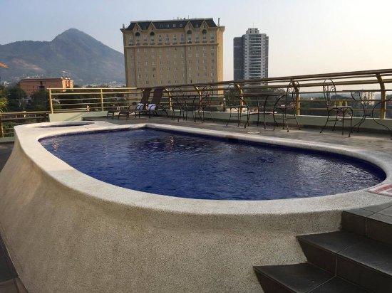 Clarion Suites Las Palmas.: La piscina en la azotea...