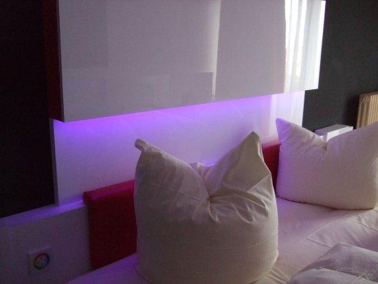 dormero hotel freudenstadt led verlichting met alle kleuren licht aan het hoofdeinde