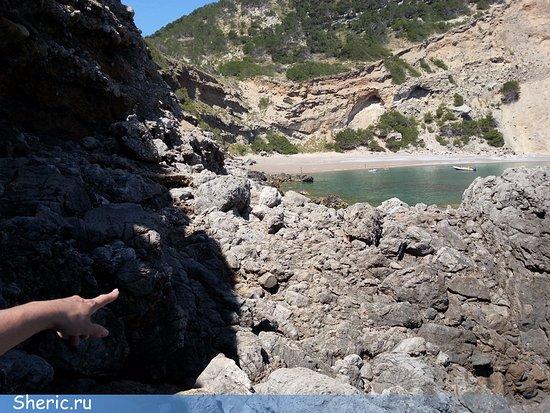 Playa Coll Baix: Вон пляж, говорит супруга. Видна последняя часть маршрута.