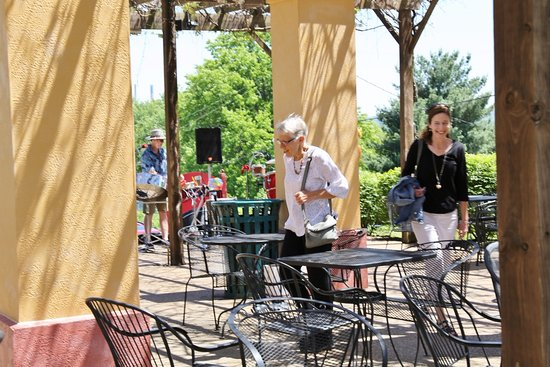 Augusta, มิสซูรี่: Steel drummers in arbor