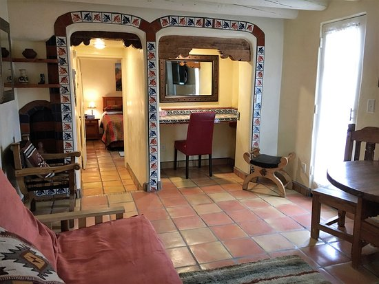 Pueblo Bonito Bed and Breakfast Inn: San Ildefonso suite- spacious, colorful, comfortable- authentic and traditional Santa Fe ambianc