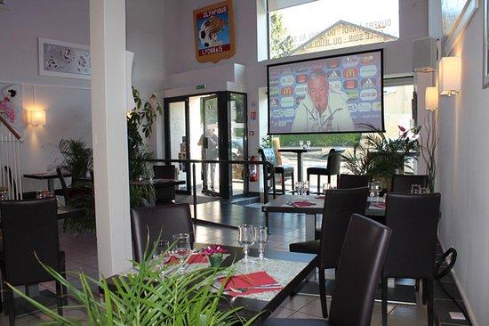 Saint-Laurent-de-Mure, Γαλλία: Grand écran pour les grandes rencontres.