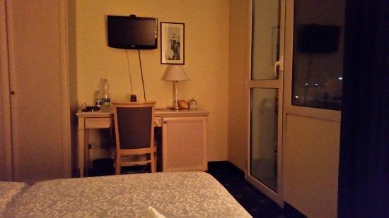 Hotel Terme Villa Pace: Uno scorcio della camera (408 con vista ottima su Viale delle Terme)