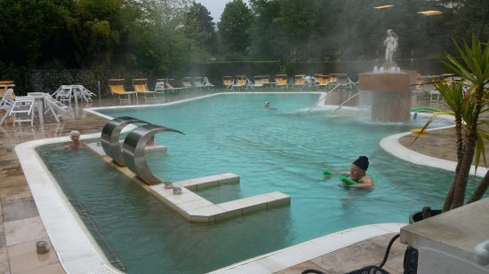 Hotel Terme Villa Pace: Anche in un giorno di pioggia la piscina era a disposizione... bellissimo!