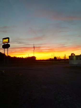 Manitowaning, Canadá: Great sunsets in front of your room.