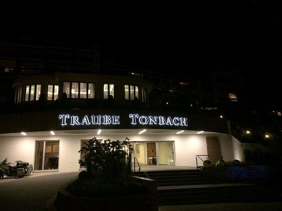 the entrance at night photo de hotel traube tonbach baiersbronn tripadvisor. Black Bedroom Furniture Sets. Home Design Ideas