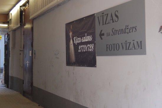 Cheap & Good Apartments: Access to hostel (through an alley)