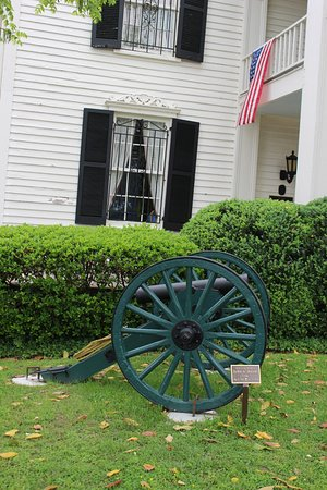 Lotz House Museum: Cannon in front of Lotz House.