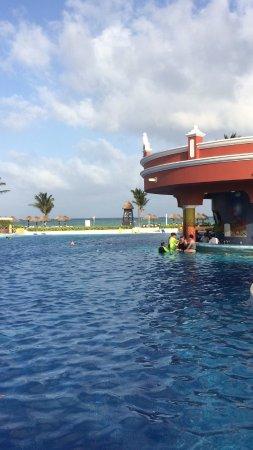 The Royal Haciendas All Suites Resort & Spa: Una de las albercas grandes con barra para bebidas, solo recipientes de plástico, y vista al mar