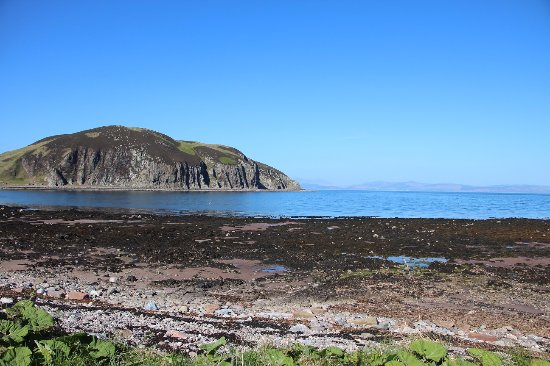 Campbeltown, UK: View of the caves from the road