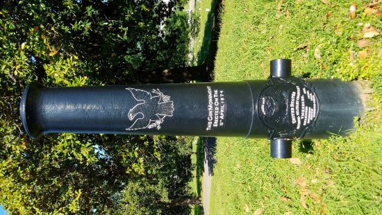 Vicksburg National Cemetery: Gun monument at the cemetery