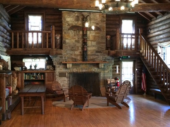 Chagrin Falls, OH: Fireplace area of main room