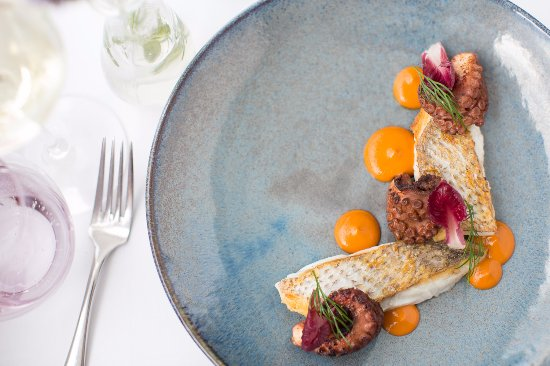 McMahons Point, Австралия: Pink snapper charred octopus, tomato, paprika, witlof