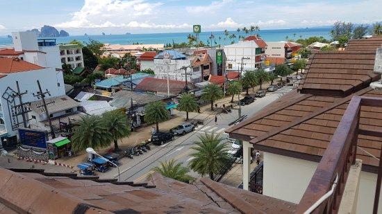 White Sand Krabi Hotel: Vue du toit/piscine
