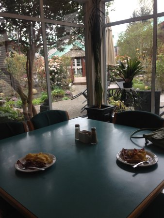 Gibsons, แคนาดา: Breakfast overlooking the inner courtyard