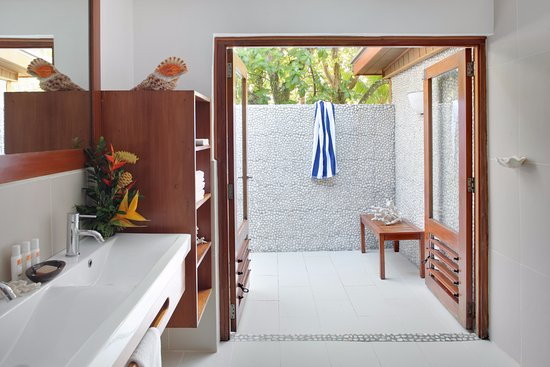 Toberua Island, ฟิจิ: Indoor Outdoor Bathrooms