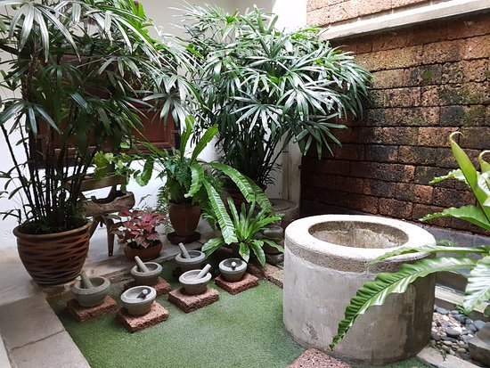Courtyard @ Heeren Boutique Hotel: One of the many tasteful decorations. The well is real.