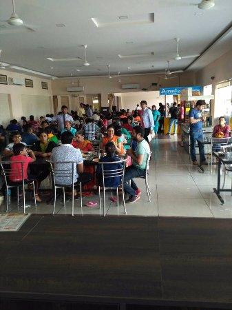 Kotputli, Indien: Great Ambiance inside Dining Hall.