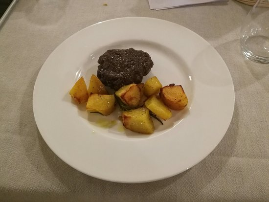 Valtopina, Italia: Il Borgo di Gallano_1 maggio '17_hamburger e patate arrosto