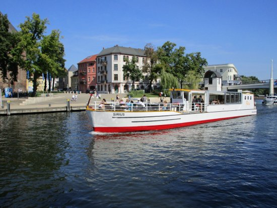 """Brandenburg City, Germania: Das Fahrgastschiff """"Sirius"""" vor dem Salzhofufer  an der Jahrtausendbrücke."""