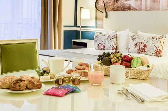 Fraser Suites Le Claridge Champs-Elysees : Breakfast in an Executive Suite