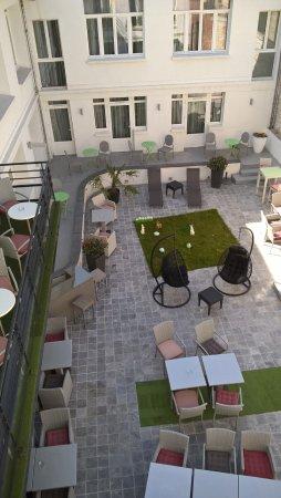 Le Cesar Hotel : patio vu de la chambre