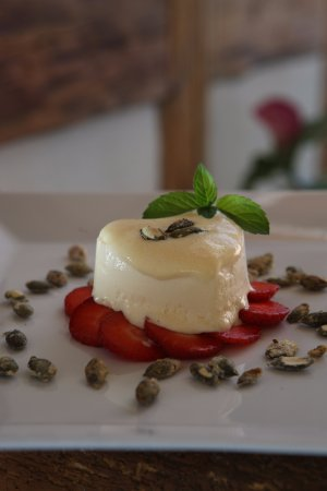 Goldenes Kreuz: Bierglacenparfait mit Lambada-Erdbeeren