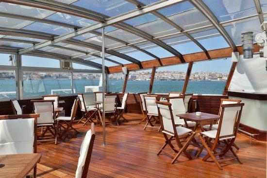 Linda-a-Velha, Portugal: Deck Exterior Barco Confeitaria Nacional
