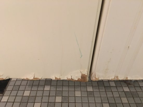 Valby, เดนมาร์ก: Hotel Rossini - w łazience zniszczone, rozwarstwione meble.