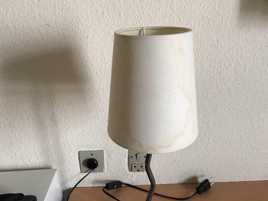 Valby, Denemarken: Hotel Rossini w Kopenhadzie - abażur z zaciekami i jeden kontakt do telewizora, lampki i lodówki